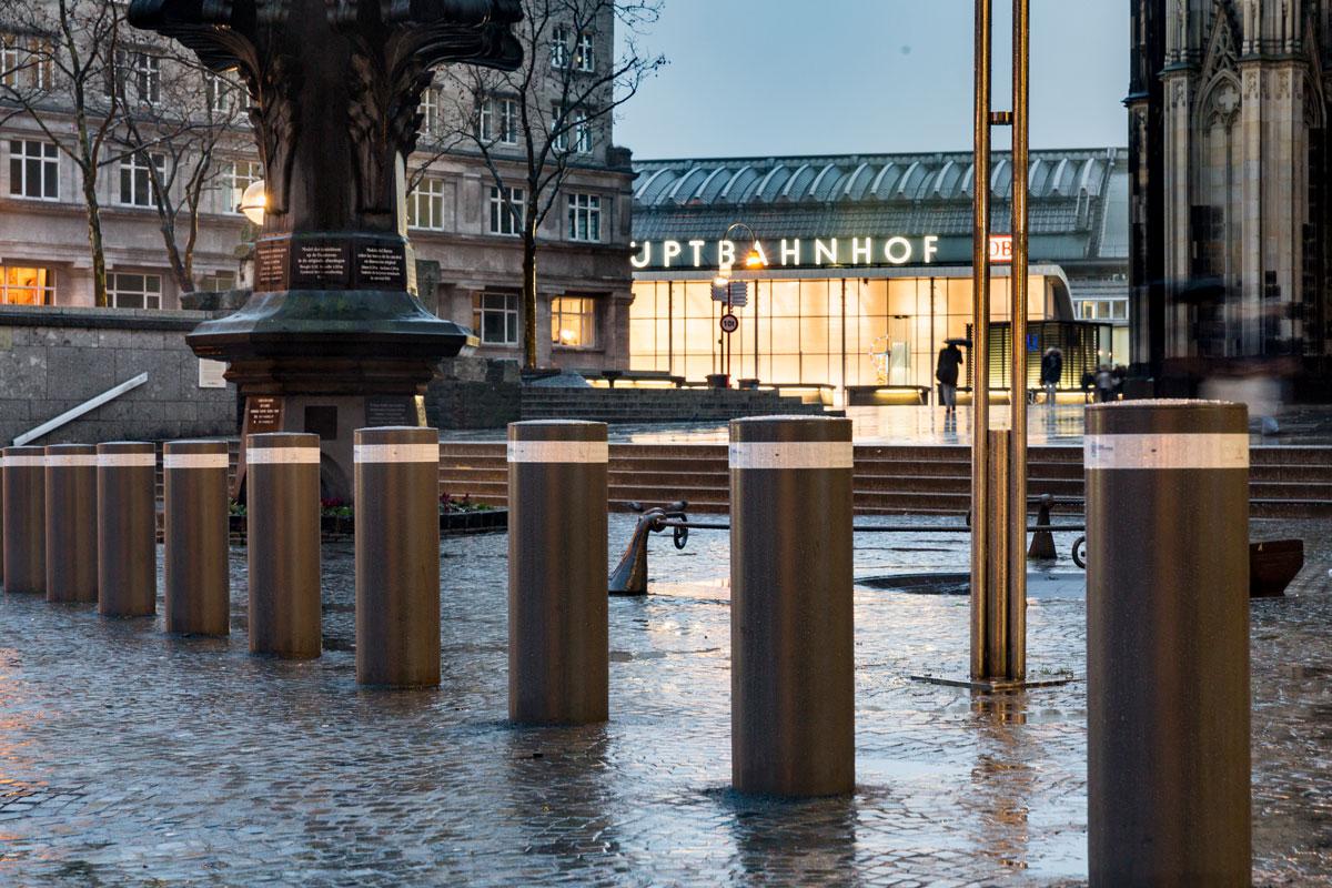 Einbetonierte Sicherheitspoller am Kölner Dom