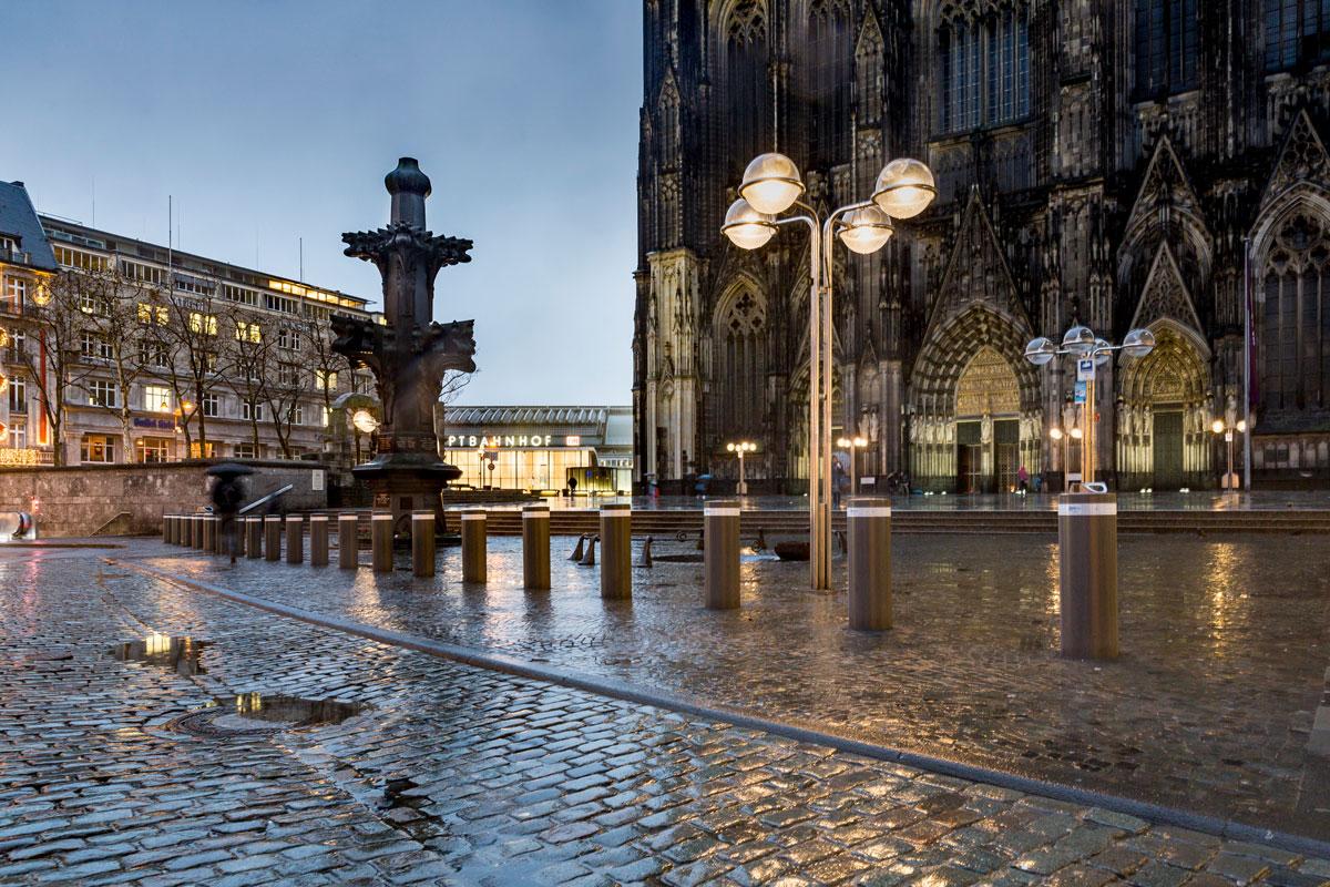 Feststehende Sicherheitspoller am Kölner Dom