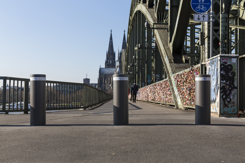 Einbetonierte Pöller an der Hohenzollernbrücke in Köln