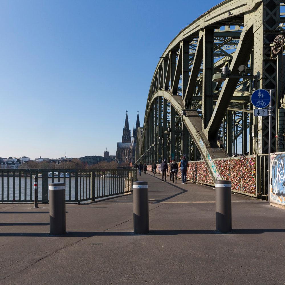 Einbetonierte Sicherheitspoller an der Hohenzollernbrücke in Köln