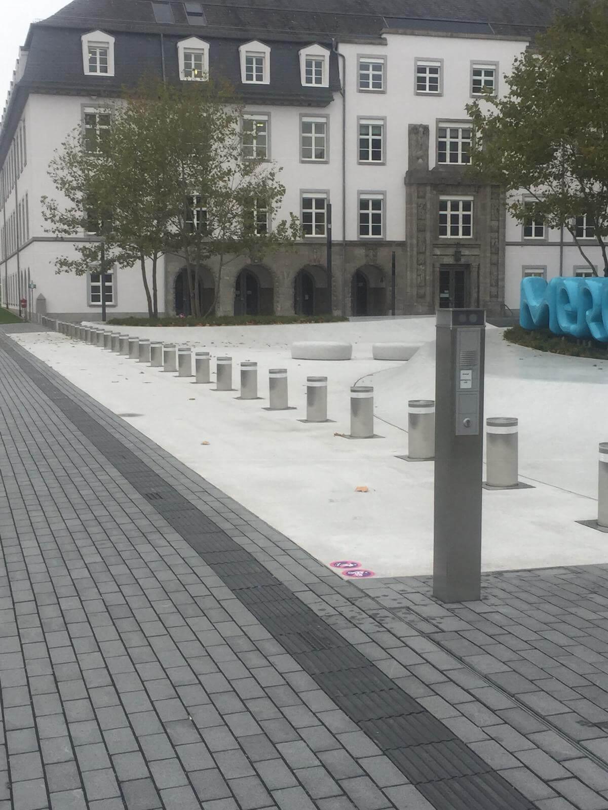 versenkbare Poller in Edelstahl auf öffentlich zugänglichem Platz