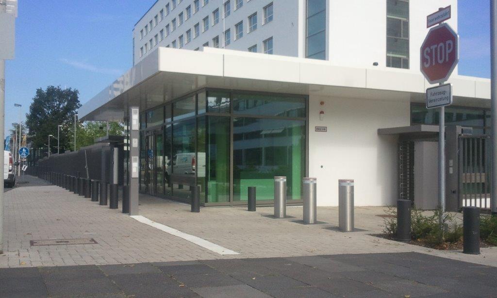 feststehende Hochsicherheits-poller zum Einbetonieren am UN Campus